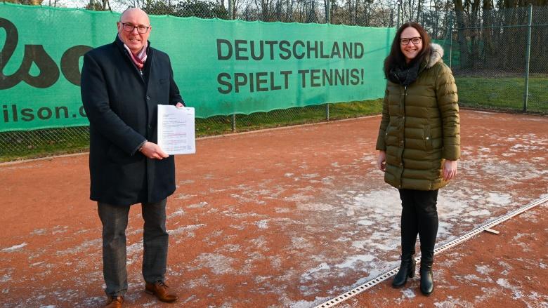 Jörg Beensen. 1. Vorsitzender des Tennisclubs Haus Rott, und die MdL Katharina Gebauer