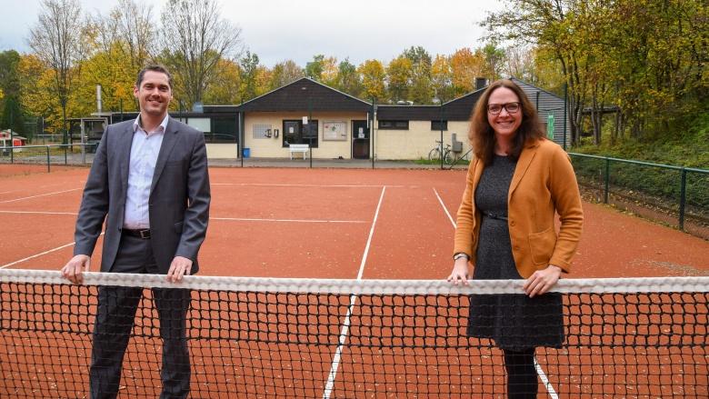 Jan Kaiser, 1. Vorsitzender des Tennisvereins Tie Break Troisdorf e. V., und die Landtagsabgeordnete Katharina Gebauer freuen sich über den Landeszuschuss für die Club-Anlage.