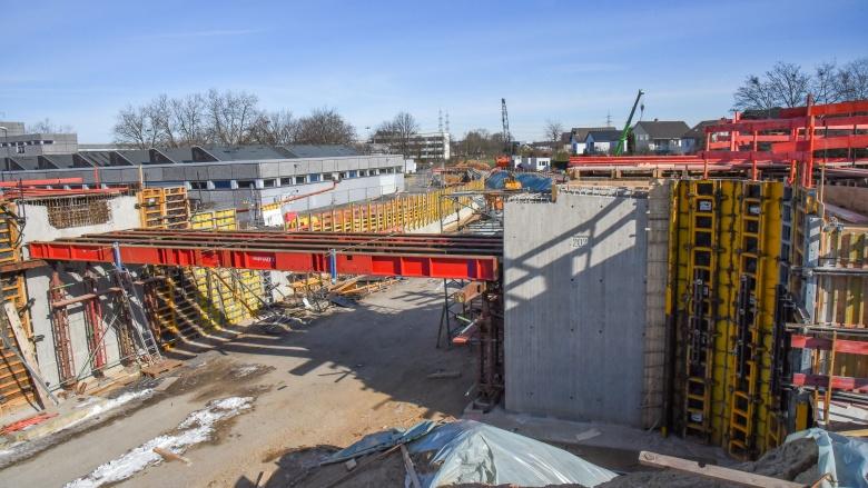 L332n: Die Arbeiten am Bauabschnitt 2 laufen auf Hochtouren - hier das Brückenbauwerk Herderweg