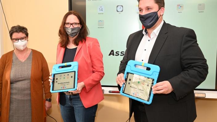 Katharina Gebauer mit Bürgermeister Biber und Rektorin Petra Herrmann