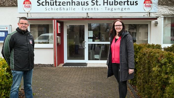 Axel Odenthal und Katharina Gebauer vor dem Oberlarer Schützenhaus