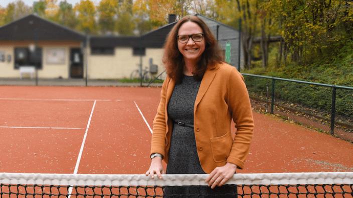 MdL Katharina Gebauer auf einem Tennisplatz